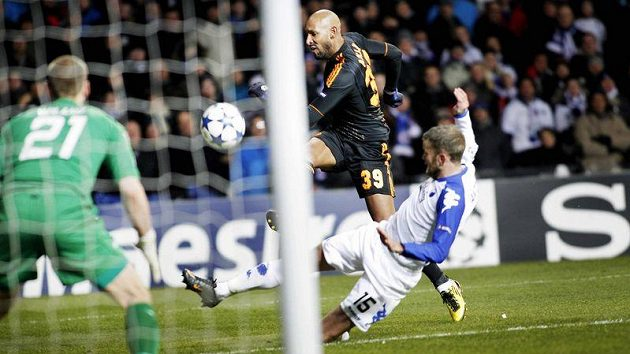 Nicolas Anelka z Chelsea skóruje v duelu s FC Kodaň.
