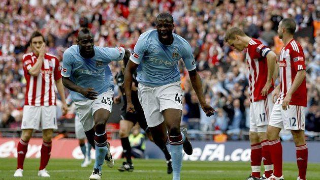 Yaya Toure (uprostřed) z Manchesteru City oslavuje spolu s Mario Balotellim svůj gól, kterým rozhodl finále FA Cupu proti Stoke.