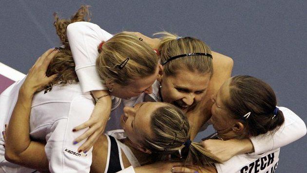 České tenistky Květa Peschkeová, Lucie Hradecká, Petra Kvitová a Lucie Šafářová se radují z postupu do semifinále Fed Cupu.