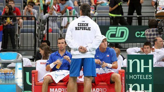 Radek Štěpánek (vlevo), Tomáš Berdych a kapitán Jaroslav Navrátil (zády).