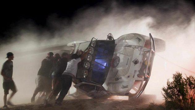Lidé se snaží vrátit na kola vůz, který se vymkl řidiči z kontroly a vlétl mezi diváky.