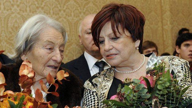 Bývalá gymnastka Věra Čáslavská (vpravo) čile hovoří s bývalou oštěpařkou Danou Zátopkovou.