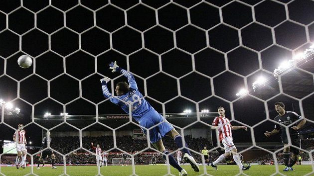Luis Suárez z Liverpoolu (vpravo) překonává v Carling Cupu gólmana Stoke City.