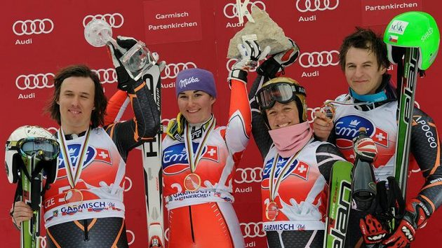 Čeští lyžaři Ondřej Bank, Šárka Záhrobská, Lucie Hrstková and Kryštof Krýzl (zleva) oslavují vítězství v týmové soutěži.
