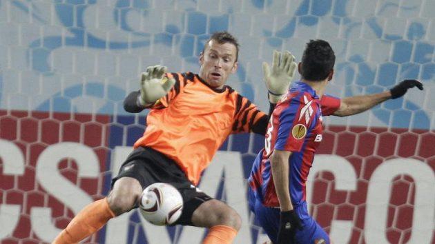 Brankář Sparty Jaromír Blažek (vlevo) zastavuje střelu Marka Gonzaleze z CSKA Moskva.