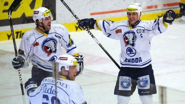 Hokejisté Plzně Martin Straka (vpravo), Radek Duda (uprostřed) a Nicholas Johnson se radují z branky.