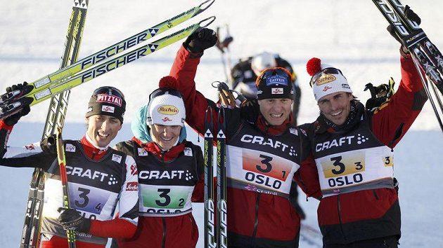 Rakouští sdruženáři (zleva) Mario Stecher, David Kreiner, Bernhard Gruber a Felix Gottwald oslavují triumf na MS v Oslu v závodu družstev na velkém můstku.