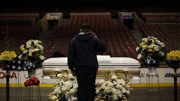 Návštěvník haly ve Philadephii vzdává hold slavnému boxerovi Joeovi Frazierovi, který zemřel na rakovinu jater.