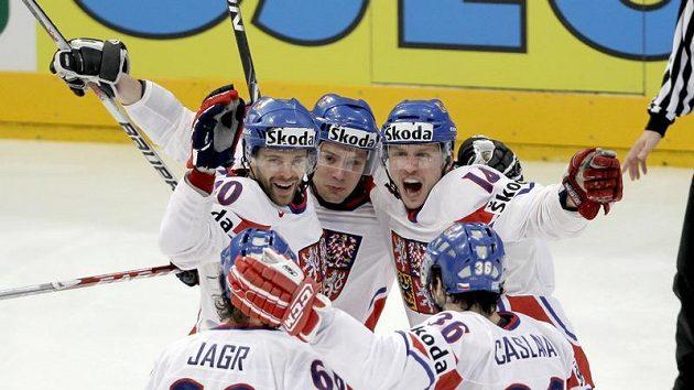 Čeští hokejisté se radují z branky ve finálovém duelu proti Rusku.