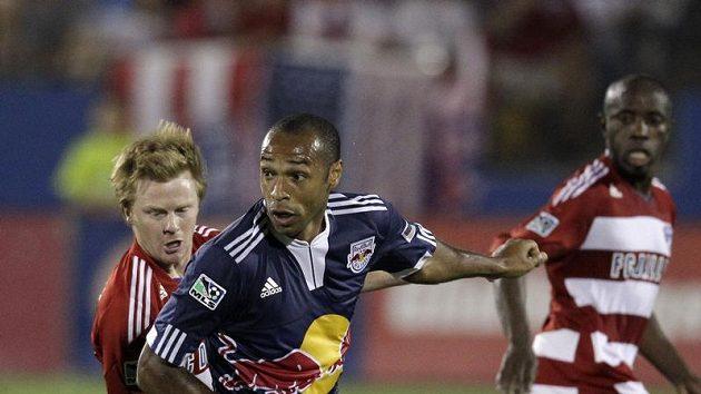 Francouzský fotbalista Thierry Henry (vpředu) v dresu New York Red Bull v utkání MLS proti Dalasu.