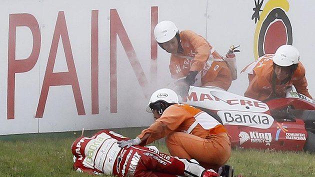 Záchranáři ošetřují Héctora Barberu, který utrpěl v Motegi mnohočetnou zlomeninu pravé klíční kosti.
