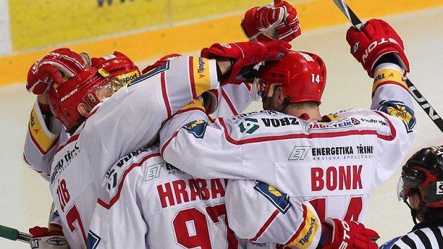 Hokejisté Třince oslavují branku - ilustrační foto.