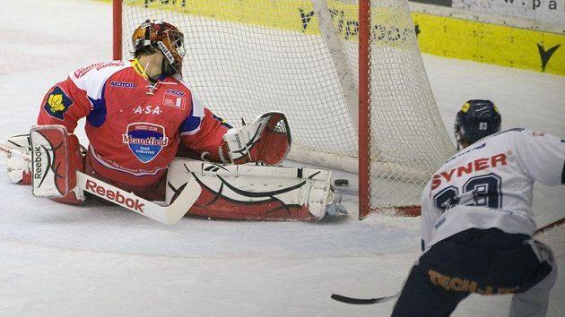 Kapitán Liberce Petr Nedvěd střílí gól brankáři Jakubovi Kovářovi.