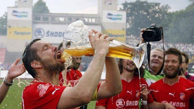 Pavel Horváth si vychutnává titul i pivo.