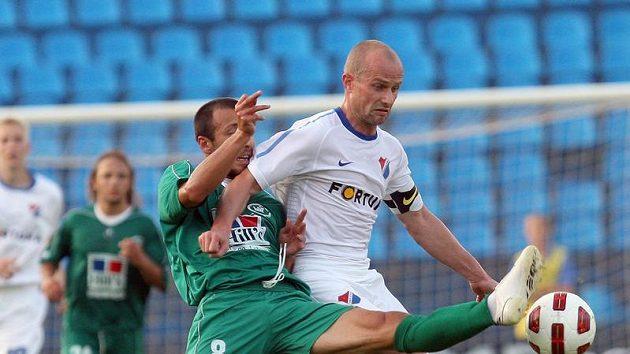 Martin Lukeš z Baníku Ostrava (vpravo) bojuje o míč s Guranem Gurešidzem z WIT Georgia Tbilisi v předkole Evropské ligy.