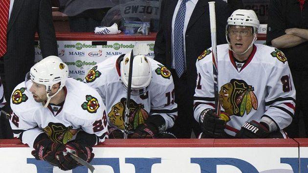 Zklamaní hokejisté Chicaga zleva Troy Brouwer, Jonathan Toews, a Marián Hossa