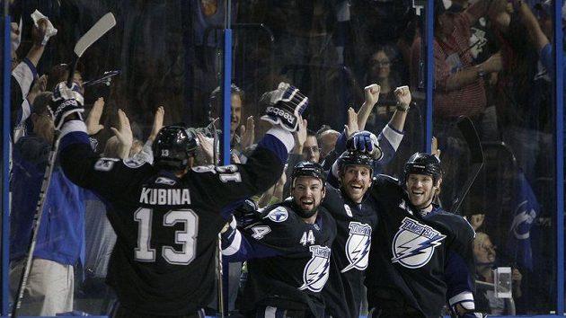 Pavel Kubina (vlevo) oslavuje se spoluhráči z Tampy Bay branku vstřelenou Pittsburghu.