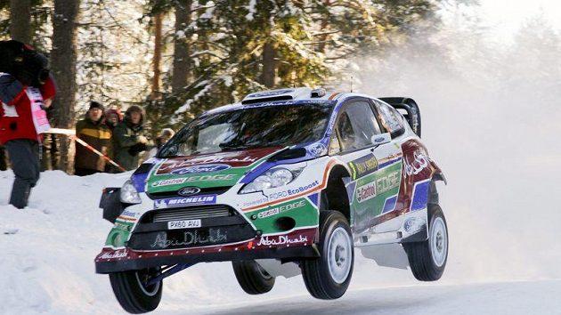 Lehce pošramocený vůz Ford Fiesta WRC posádky Hirvonen, Lehtinen při třetí etapě Švédské rallye.