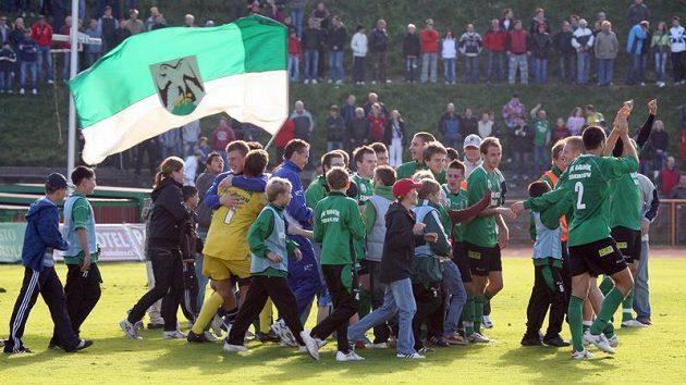 Sokolovští hráči se radují s fanoušky z výhry.