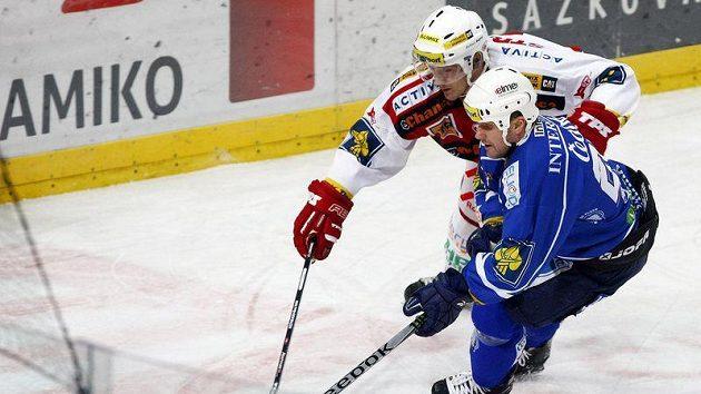 Marek Tomica ze Slavie se snaží sebrat kotouč Martinu Strakovi z Plzně.