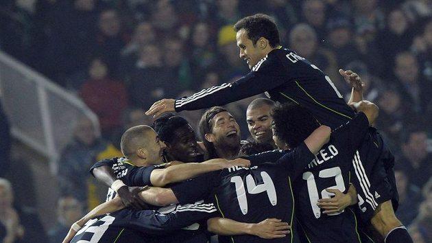 Fotbalisté Realu Madrid oslavují jednu z branek na hřišti Santanderu.