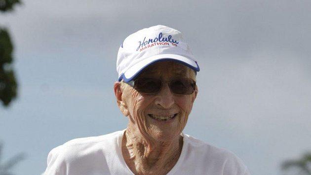 Gladys Burrillová v cíli maratónu.