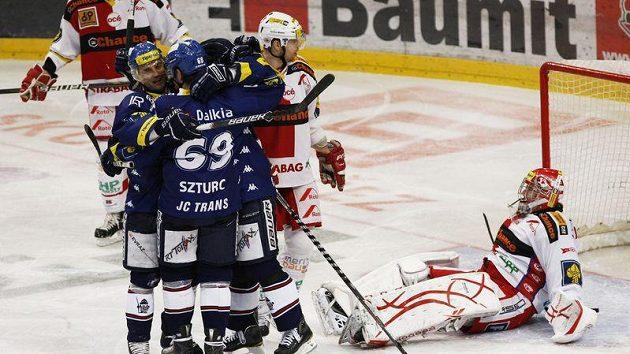 Hokejisté Vítkovic se radují z gólu do sítě Slavie - ilustrační foto.
