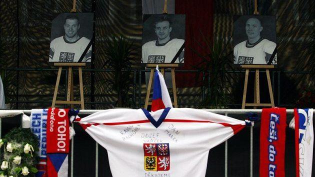 Fotografie tragicky zesnulých českých hokejistů na Staroměstském náměstí - Josef Vašíček (vlevo), Jan Marek (uprostřed) a Karel Rachůnek.