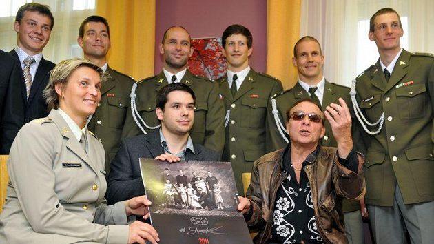 Z křestu kalendáře Dukla 2011 fotografa Jana Saudka (vpředu vpravo). Vpředu vlevo je oštěpařka Barbora Špotáková, uprostřed s kalendářem střelec Tomáš Caknakis.
