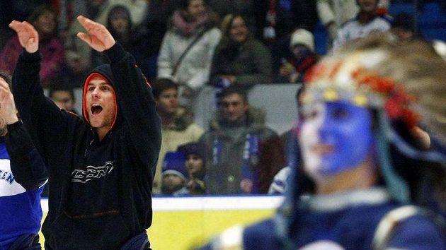 Radek Duda slaví s fanoušky.