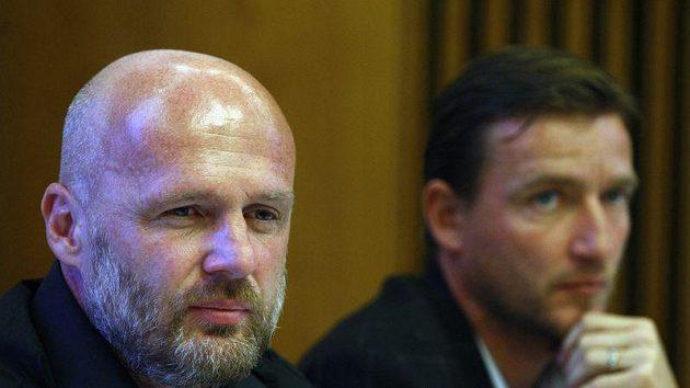 Trenér národního týmu Michal Bílek (vlevo) a manažer Vladimír Šmicer se snahou o návrat Jarošíka a Ujfalušiho nepochodili.