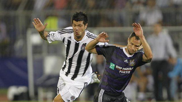 Hráč Anderlechtu Jan Polák (vpravo) ve středečním souboji s Milanem Smiljaničem z Partyzanu Bělehrad.