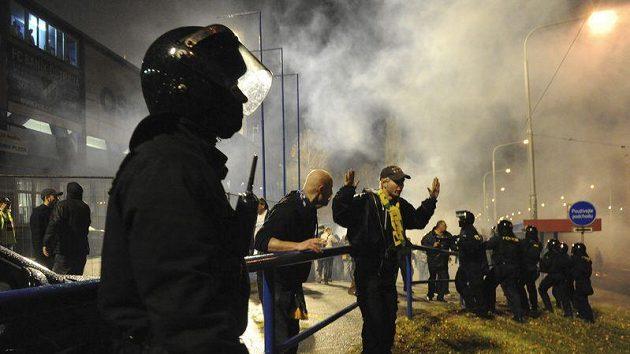 Zákrok policie proti fotbalovým výtržníkům v Ostravě