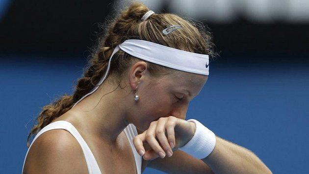 Zklamaná tenistka Petra Kvitová po prohraném utkání s Věrou Zvonarevovou.