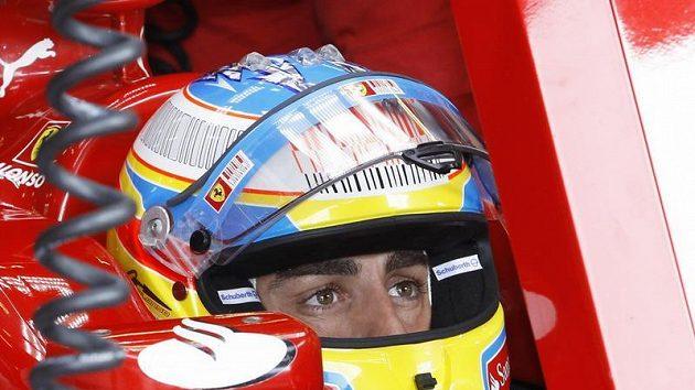 Fernando Alonso v kopkitu Ferrari.
