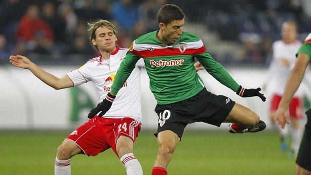 Christoph Leitgeb ze Salcburku (blevo) bojuje o míč s Oscarem de Marcosem z Athletic Bilbao.