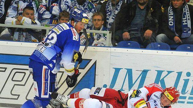 U hrazení bojují brněnský hráč Radim Bičánek (vlevo) a Jakub Langhammer z Českých Budějovic.