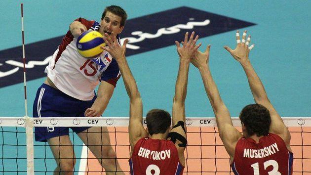 Jan Štokr (vlevo) smečuje přes dvojici ruských hráčů