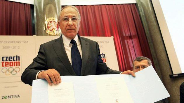 Předseda ČOV Milan Jirásek s podepsanou přihláškou na OH ve Vancouveru