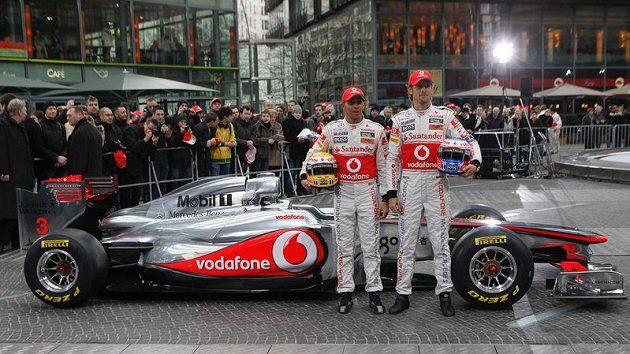 Piloti McLarenu Lewis Hamilton (vlevo) a Jenson Button