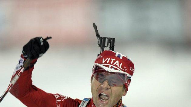 Norský biatlonista Ole Einar Björndalen se raduje z triumfu ve sprintu v Östersundu