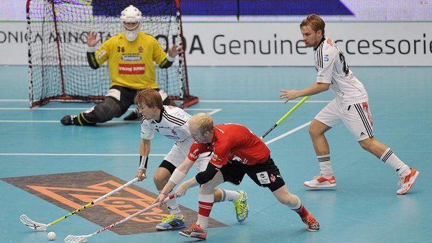 Dušan Přívara (vpředu) z Tatranu Střešovice a Harri Forsten (vlevo), Kari-Matti Ratsula (vpravo) a brankář David Rytych z SSV Helsinki ve finále Poháru mistrů.