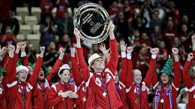 Házenkářky Norska oslavují triumf ve finále ME nad Švédskem.