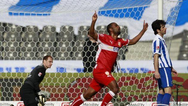Brankář Herthy Berlín Jaroslav Drobný (vlevo) bezmocně přihlíží gólové radosti Cacaua ze Stuttgartu. (ilustrační foto)
