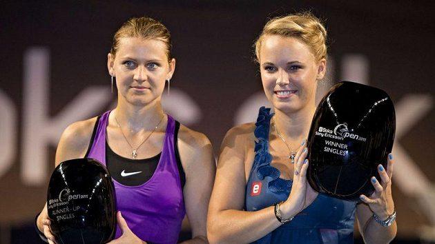 Lucie Šafářová (vlevo) a Caroline Wozniacká po finálovém duelu v Kodani.