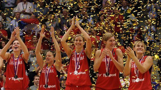 České basketbalistky se radují ze stříbrných medailí.