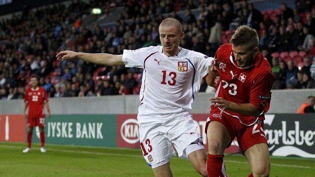 Marcel Gecov (vlevo) bojuje se Švýcarem Gaetanem Berardim v semifinále evropského šampionátu.