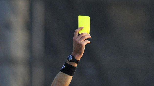 Tomáš Řepka ze Sparty dostává žlutou kartu v utkání s Jabloncem.