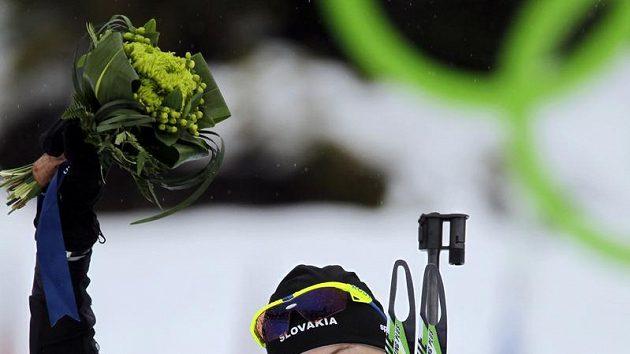 Slovenská biatlonistka Anastasija Kuzminová se raduje z vítězství v olympijském závodě na 7,5 km.