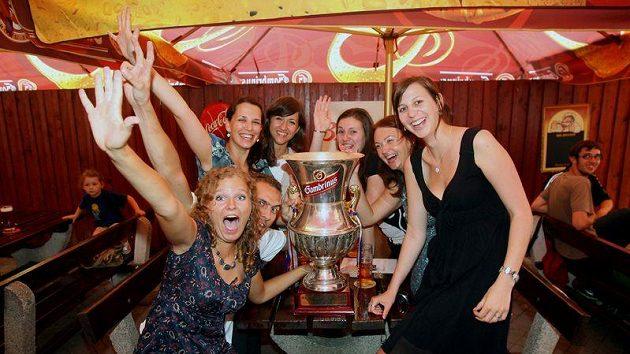 Mistrovský pohár vybojovaný fotbalisty Viktorie putoval po plzeňských hospodách, kde se s ním fanoušci zvěčňovali.